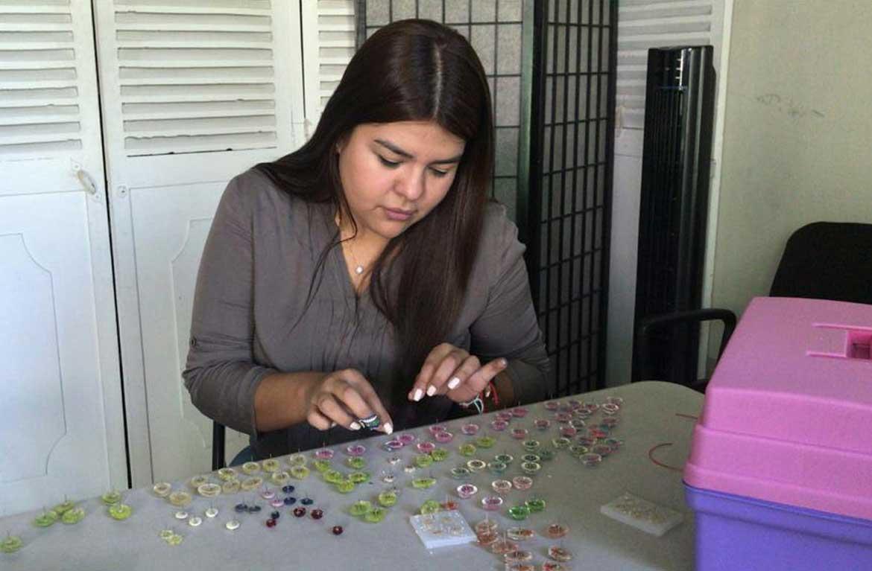 Aretes de resina elaborados por Sandra López